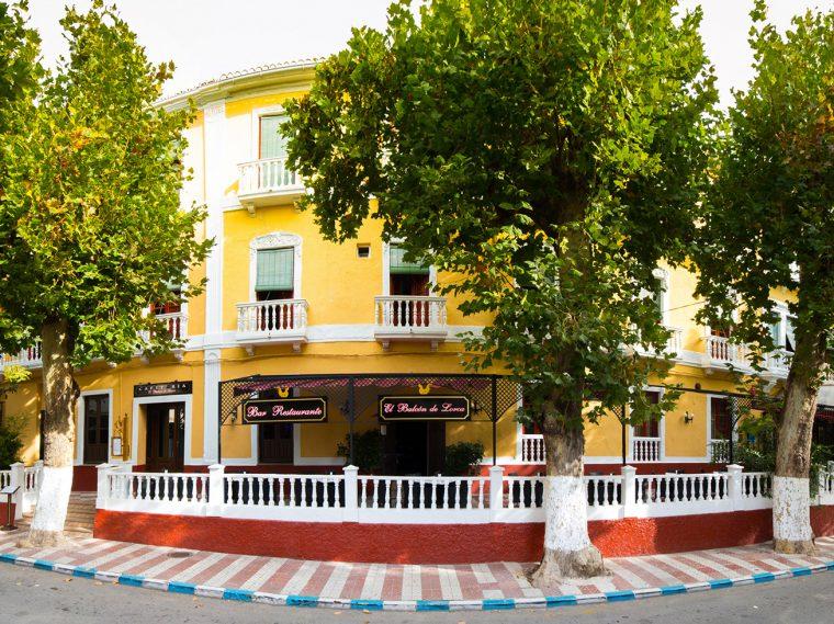 Fachada del hotel España en la Alpujarra